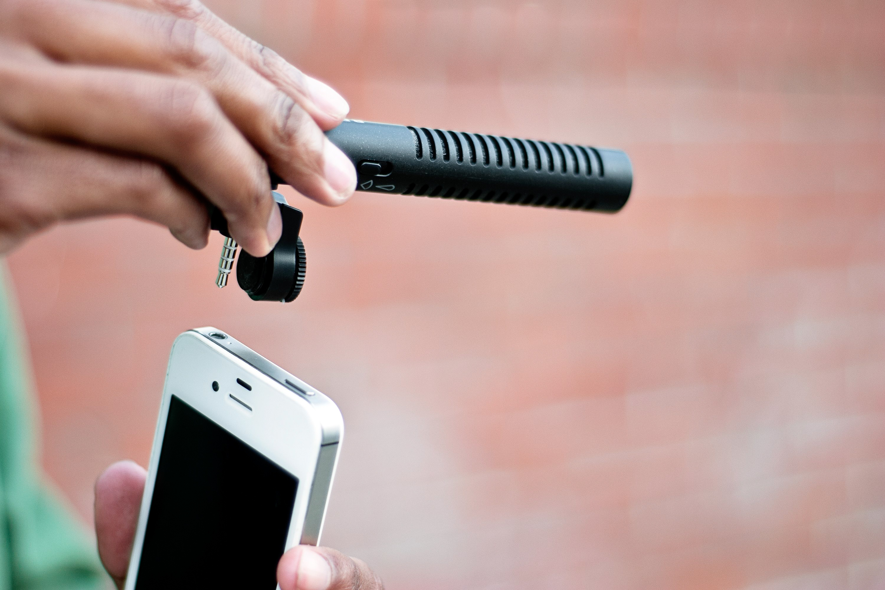 Shotgun Mic Delivers Directional Sound for your iPhone